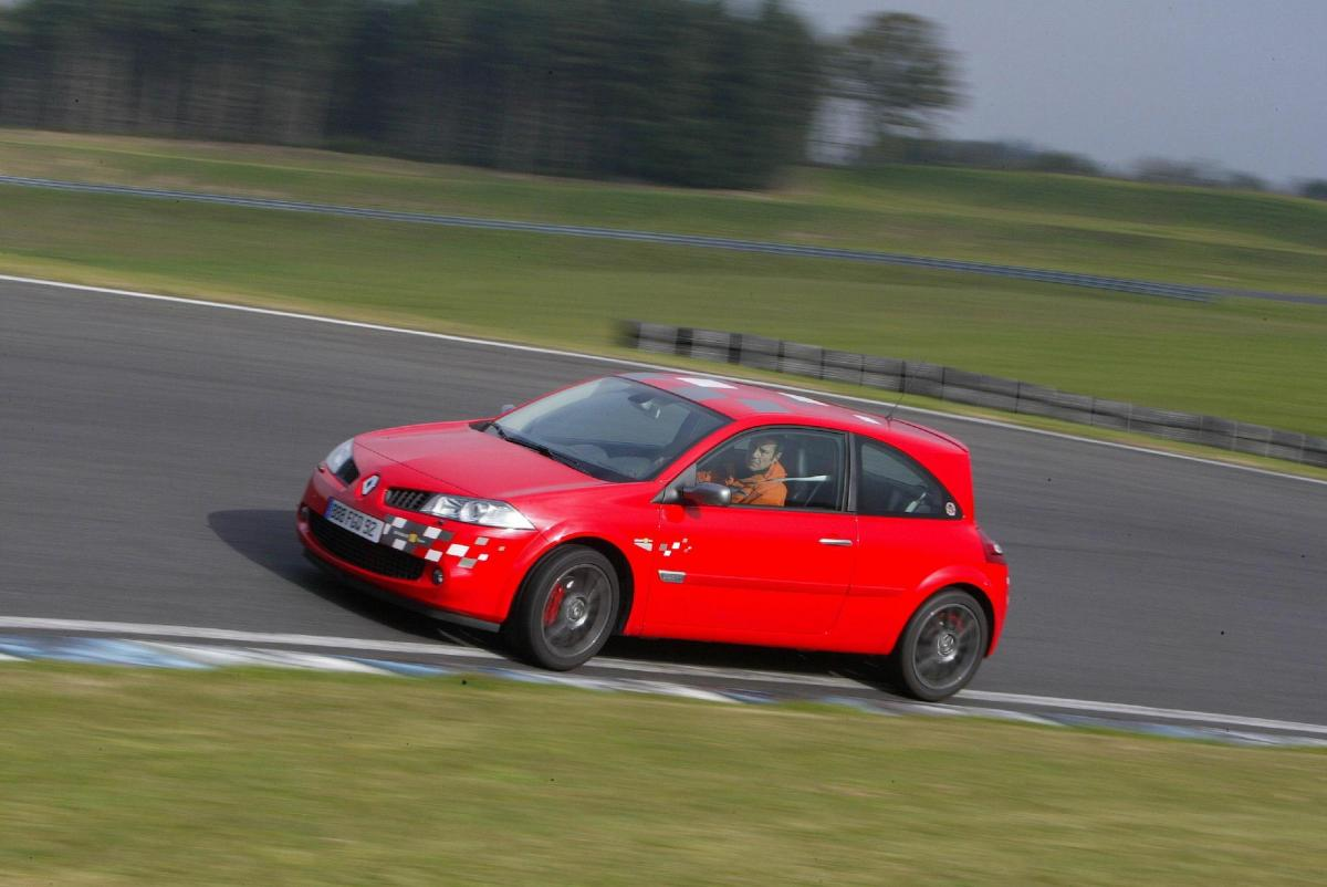 renault-megane-2-rs-f1-team-r26-echappement-1